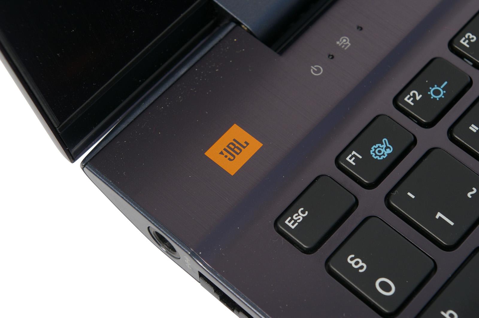7c266756f5bb Szerencsére a Samsung odafigyelt a részletekre is: tetszetős színeket  használtak, amit ügyesen kombináltak némi krómmal és a feliratokkal.