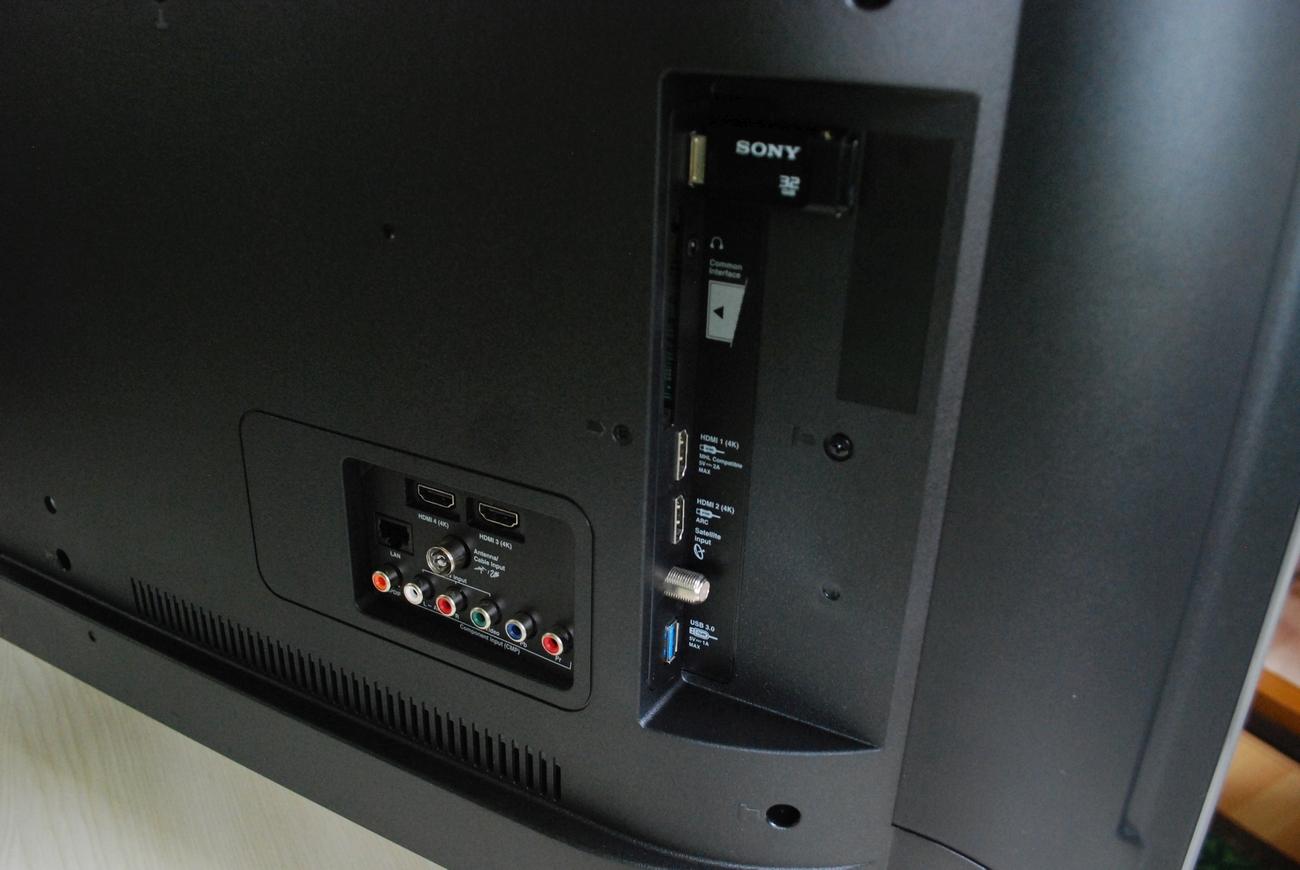 e2b6ff1b16 A hátlapon található három darab HDMI 2.0 mellett egy-egy USB 3.0, USB 2.0,  komponens, kompozit, Ethernet, koaxiális digitális és analóg audió  csatlakozó, ...