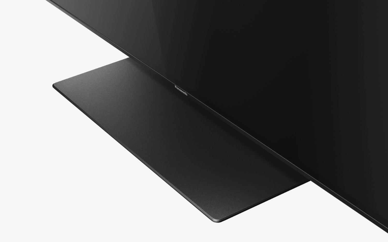 010774518a A masszív nyak merev, sajnos nem forgatható, a talp pedig jó keskeny, még  egy kisebb szekrényen vagy asztalon is stabilan elfér.