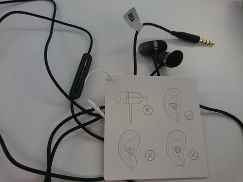 Ez az izé az IEM és az earbud közti átmenet szeretne lenni. Szigetelés 0.  Szóval a füles teljes teste bemegy a fülbe 8dfe0a0ab8